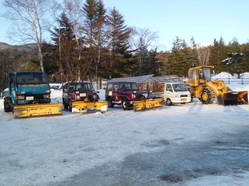 <p>雪の降らない日。除雪車もつかの間の休息。</p>