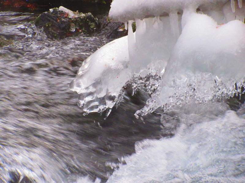 <p>川の水も冷たそう</p>